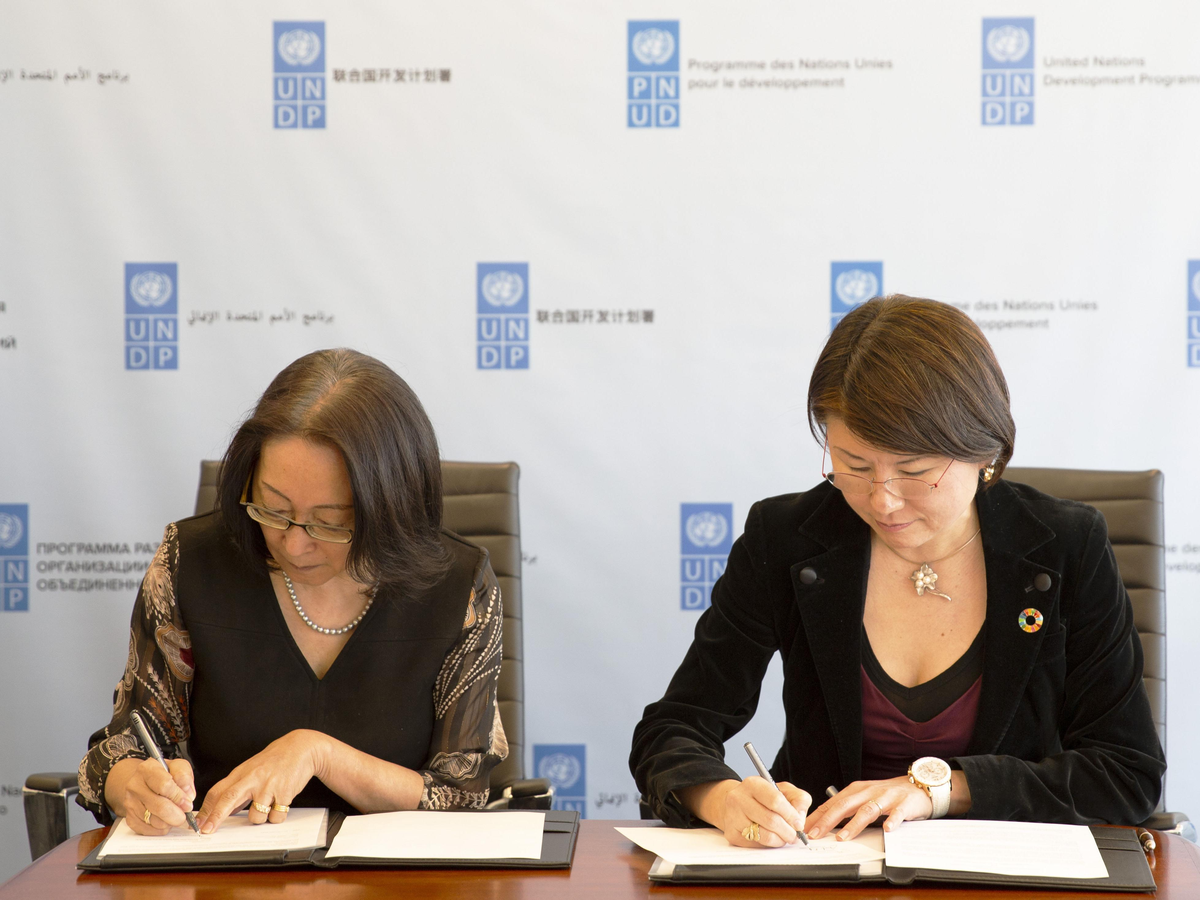UNDRR head, Mami Mizutori, and UNDP Crisis Bureau chief, Asaka Okai, sign Statement of Intent today in New York