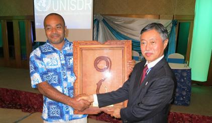 Neori Lagi (left) of the Pacific Disability Forum receives a Pacific Innovation & Leadership Award for Resilience (PILAR) from H.E. Kenichi Suganuma, Japan's Ambassador for the Third UN World Conference on Disaster Risk Reduction. (Photo: UNISDR)