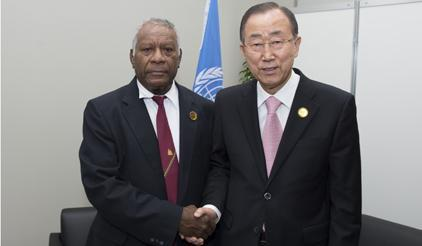 The President of the Republic of Vanuatu, H.E. Baldwin Lonsdale (left), with the UN Secretary-General Bank Ki-moon (right). (Photo: UNISDR)