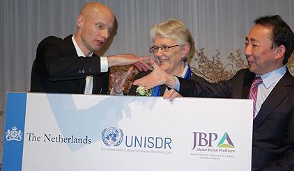Henk Ovink, the Special Envoy for International Water Affairs of the Netherlands, Margareta Wahlstrom, head of UNISDR, and Naohiro Nishiguchi, the President of the Japan Bosai Platform (JBP) share a light-hearted moment after agreeing on the 'Statement of Cooperation for Implementation of Resilient Cities Connect'. (Photo: UNISDR)