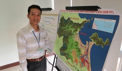 The Director of Da Nang Climate Change Coordination Office Dr Dinh Quang Cuong explains the city's significant flood risk (Photo: UNISDR)
