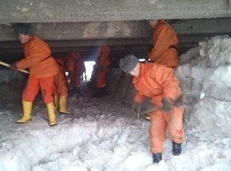 This winter, emergency workers moblilized to clear ice blocking a river bridge in Bishkek, reducing the risk of flooding (Photo: Ministry of Emergency Situations of Kyrgyzstan)