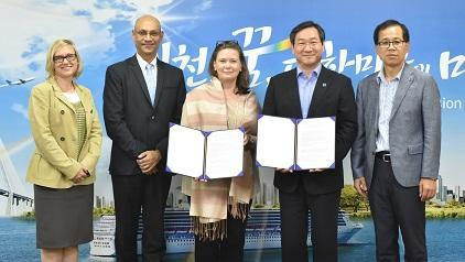 Displaying the signed agreement between UNISDR, the Ministry of Public Safety and Security and Incheon Metropolitan City are (from left to right) Sarah Wade-Apicella and Sanjaya Bhatia of UNISDR ONEA-GETI, UNISDR Director Kirsi Madi, Mayor Yoo Jeong-bok and Kim Dong-Bin, Director-General of Disaster & Safety Headquarters of Incheon Metropolitan City.