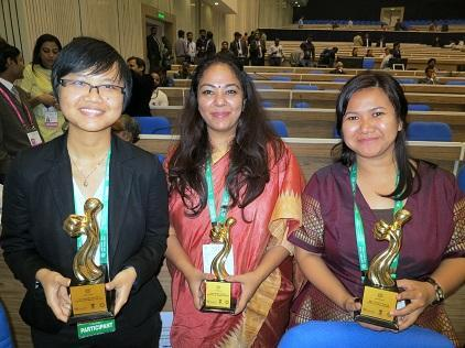 (From left) Ms.Dang Thuy Duong, Ms. Meghna Chawla and Ms. Kartika Juwita celebrate with their trophies after being declated the three winners in the DRR Short Film competition at the closing of the AMCDRR 20016 in New Delhi. (Photo: UNISDR)