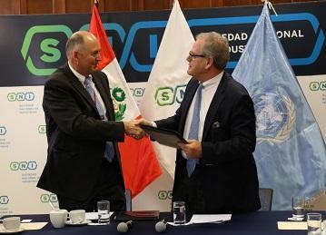 Ricardo Mena, Head of the UNISDR Regional Office for the Americas (left) and Andreas von Wedemeyer Knigge, President of the National Society of Industries of Peru, seal the ARISE-Peru agreement in Lima (Photo: SNI)