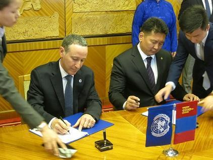 The Deputy Prime Minister of Mongolia, Mr. Khurelsukh Ukhnaa (right) and Mr. Robert Glasser, Special Representative of the UN Secretary-General for Disaster Risk Reduction, sign the Statement of Cooperation to co-organize the Asian Ministerial Conference on Disaster Risk Reduction in Ulaanbaatar in 2018 (Photo: UNISDR)
