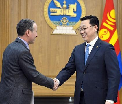 The Prime Minister of Mongolia, Mr. Jargaltulgyn Erdenebat (right) welcomes Mr. Robert Glasser, the Special Representative of the UN Secretary-General for Disaster Risk Reduction and Head of UNISDR, before their talks in Ulaanbaatar (Photo: Government of Mongolia)