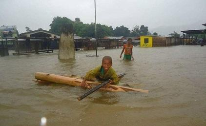 Children make their way through a flooded street in Madagascar during Cyclone Enawo this March (Photo: UNICEF Madagascar)