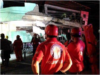 Rescue workers outside a building that was damaged in the recent Leyte earthquake (Photo: Philippines Red Cross)