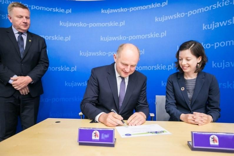 At a signing ceremony in Toruń, the Marshall of the Kujawsko-Pomorskie Region, Mr. Piotr Calbecki, and Ms. Rosalind Cook, of UNISDR's Regional Office for Euroope